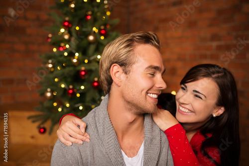 canvas print picture glückliches paar feiert weihnachten zusammen
