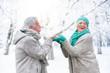 Leinwandbild Motiv Pärchen hat Spaß im Winter