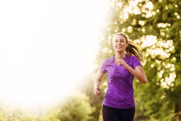 Frau hört Musik während des Joggings