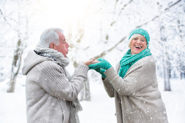 Pärchen hat Spaß im Winter