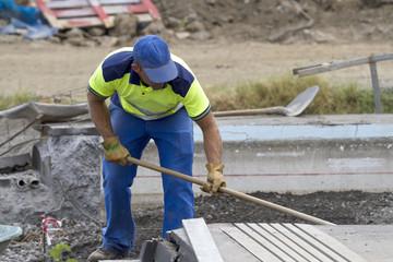 Ouvrier exécutant une tâche sur un chantier