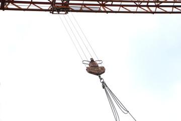 Rostiger Haken an einem Turmkran