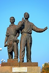 Sculpture of workers on the green bridge.