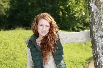 Junge Frau in der Natur mit Birke
