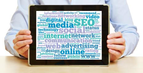 Tablet Computer mit Online Social Media Communication Konzept