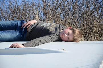 Kind entspannt sich auf Boot