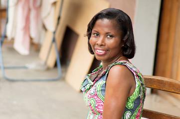 portrait de jeune femme africaine souriante.