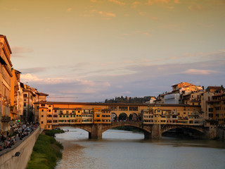 Atardecer en el puente Viejo, Florencia, Italia