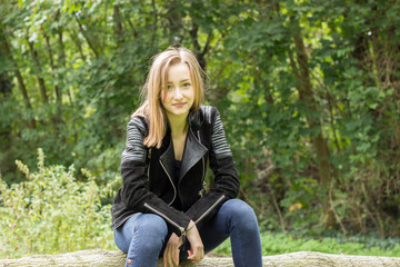 Junge Frau sitzt im Wald