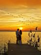 novios abrazados mirando el amanecer