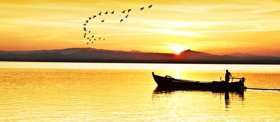 panoramica de un pescador que enpieza la jornada