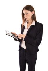 Konzept: steigende Kosten: Frau rechnet mit Taschenrechner