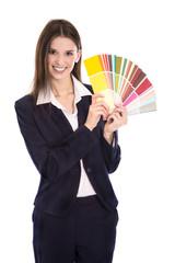 Verkäuferin für Farben hält eine Farbkarte in der Hand