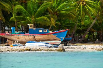 Rest in Paradise - Malediven - Altes Holzboot auf dem Trocknen