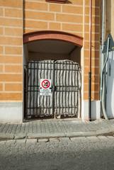 Cancello di ferro, mura, ingresso a villa, restauro