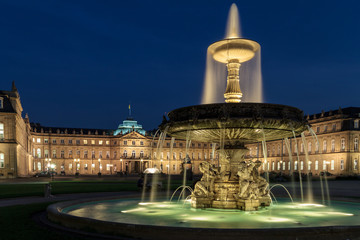 Stuttgart (Deutschland) Schlossplatz am Abend