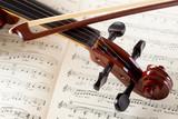 Fototapeta violino e archetto su pagine di musica