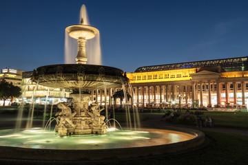 Schlossplatz Stuttgart mit Brunnen bei Sonnenuntergang