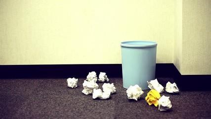 ボツが散乱するゴミ箱_1