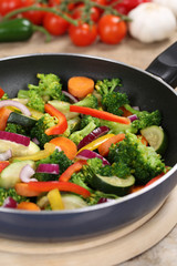 Essen zubereiten und kochen Gemüse in der Pfanne