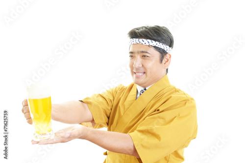 canvas print picture ビールを運ぶ笑顔のウェイター