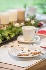 Kaffeetafel mit Weihnachtsplätzchen