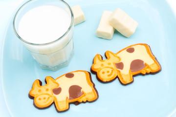 Milch und zwei Kekse