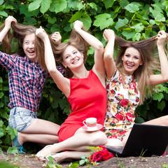 Девушки с длинными волосами и ноутбуком
