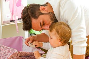 Papa mit Kind beim Spielen