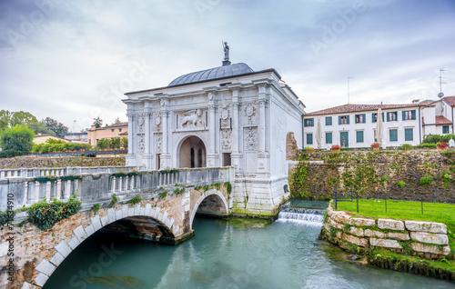 Leinwanddruck Bild Gate to old city of Treviso