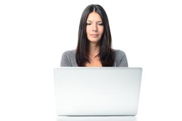Freundliche junge Frau arbeitet mit einem Laptop