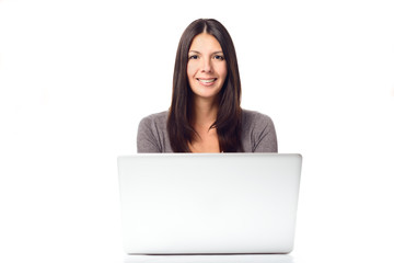 Lächelnde junge Frau arbeitet mit einem Laptop