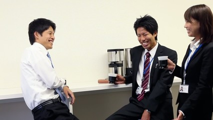 カフェコーナーで談笑するフレッシュマン3人_2