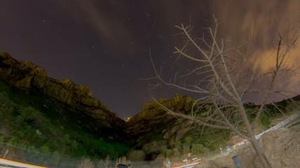 Time lapse noche montaña carretera