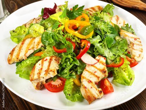 Plexiglas Salade Salat mit Hähnchenbrust