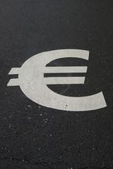 € Zeichen auf Asphalt