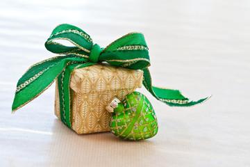 Kleine Geschenkschachtel mit Schleife