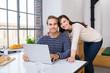 verliebtes junges paar mit notebook zu hause
