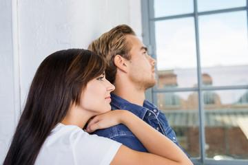 modernes junges paar schaut aus dem fenster