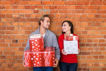 glückliches paar freut sich auf weihnachten