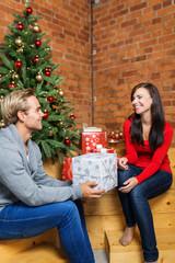 verliebtes paar beschenkt sich zu weihnachten