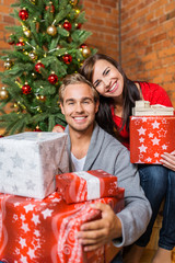 glückliches junges paar mit weihnachtsgeschenken