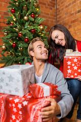 glückliches paar freut sich über weihnachtsgeschenke