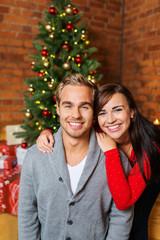 entspanntes junges paar feiert weihnachten