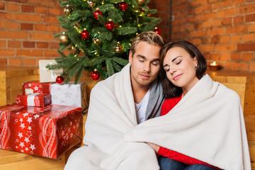 paar genießt den weihnachtsabend zu hause