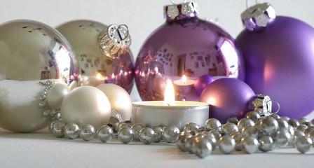 Weihnachtskugeln in silber und lila