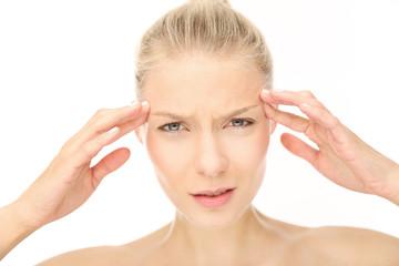 Frau mit starker Migräne