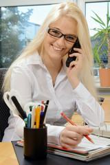 Sekretärin im Büro telefoniert