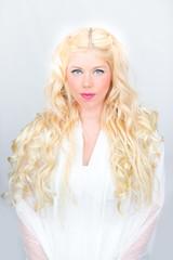 Blonde Frau mit Engelslocken