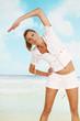 Frau macht Sport am Strand